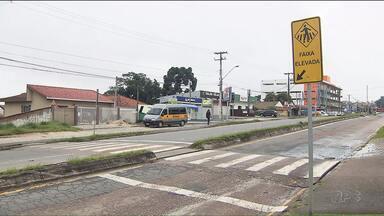 O calendário do Paraná TV confere as mudanças na Abel Scuissiato, em Colombo - Desta vez a prefeitura arrumou o canteiro central e reforçou a sinalização e a pintura da faixa elevada, mas os moradores quem a finalização dos pedidos para melhorar a situação