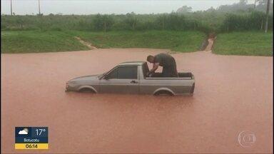Rodovia alaga e pista fica interditada na região de Itapetininga - Água acumulou na lateral e transbordou em trecho do km 211 da Rodovia Francisco da Silva Pontes