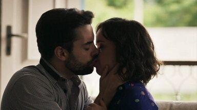 Amaro beija Estela - Sophia humilha a filha e o português a defende