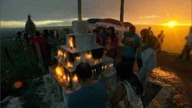 Celebração no Morro da Capelinha - Maior encenação do DF da morte e ressurreição de Cristo reuniu milhares de fiéis em Planaltina. Tradição já dura 45 anos.