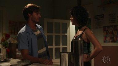 Sheila tenta se aproximar de Cícero - Prostituta é rejeitada e afirma que vai aumentar o valor do programa se atender o rapaz no bordel