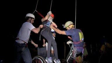 Cadeirante faz rapel em caverna em Bonito (MS)