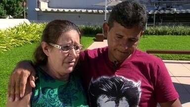 Mãe e filho têm reencontro emocionante graças a policial - Daniel do Nascimento ajudou o professor de karatê Mario Luiz dos Santos a achar sua mãe biológica, anos após ele ser dado para outra mulher.