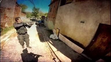 Milícias avançam no Rio; Fantástico mostra imagens e áudios exclusivos - Imagens mostram buscas a chefe de uma milícia e policiais encontrando fuzil deixado para trás. Mensagens de áudio tem recrutamento de traficantes.