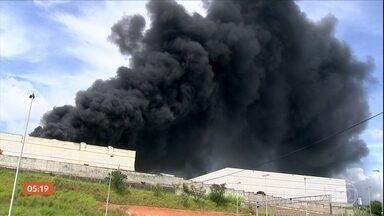 Incêndio atinge fábrica de refrigerantes em Itu (SP) - O Corpo de Bombeiros levou cinco horas para conseguir controlar as chamas.Quatro funcionários estavam no local, mas ninguém se machucou.