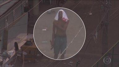 Globocop flagra homens armados no conjunto de favelas da Maré (RJ) - Um homem é visto com uma pistola na mão, perto de um ponto de venda de drogas. Outro carrega um fuzil. Isso tudo à luz do dia, enquanto moradores e estudantes circulam normalmente pelas ruas da comunidade.