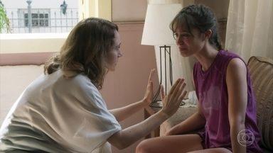 Gabriela fica perplexa com a história de Verena sobre Breno - Verena revela que Breno tem feito ameaças para que ela não o denuncie. Gabriela promete ajudar a aluna