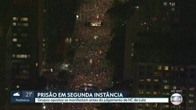 Grupos se manifestam em SP na véspera do julgamento de habeas corpus de Lula - Manifestantes a favor da prisão após a condenação em segunda instância bloqueiam a Avenida Paulista. Grupo que defende o habeas corpus se reuniu na Praça da República.