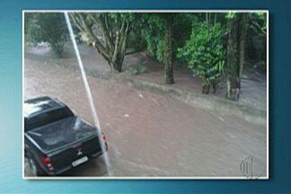 Chuva forte provoca pontos de alagamento em Mogi das Cruzes e Suzano - Avenida Voluntário Fernando Pinheiro Franco em Mogi ficou encoberta pela água.