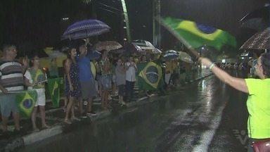 Manifestantes protestam contra Lula em frente a triplex - Manifestantes também se reuniram na Praça Independência, em Santos, na véspera do julgamento do Superior Tribunal Federal.