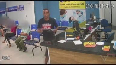 Bandido finge ser paciente e furta envelope com dinheiro de clínica - Ação do suspeito foi flagrada pelas câmeras de monitoramento do estabelecimento, em Praia Grande.