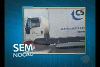 Vídeo flagra motorista de caminhão passando por cima de canteiro na av. Mário Covas - A avenida está sendo reformada e um caminhão deste tamanho pode danificar o canteiro recém construído.
