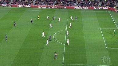 Parou! Suárez completa para o gol, mas lance estava parado, aos 6' do 1º tempo - Parou! Suárez completa para o gol, mas lance estava parado, aos 6' do 1º tempo.