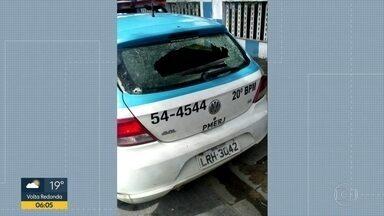 Patrulhas da PM são atacadas a tiros em Nova Iguaçu e em Santa Cruz - Dois casos diferentes tiveram viaturas atacadas por bandidos, na Baixada e na Zona Oeste