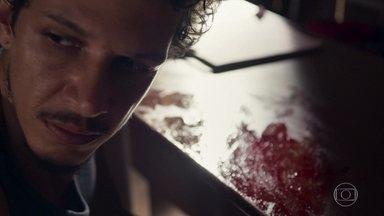 Zé Victor limpa as evidências do crime de Sophia - Garimpeiro se incomoda com a quantidade de sangue no lugar. Enquanto isso, a Mãe do quilombo cuida de alguém
