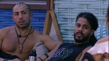 Viegas diz para Jéssica: 'Só o Kaysar e eu não votamos em você' - Brothers conversam na área externa da casa