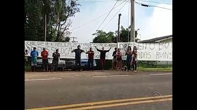 Moradores protestam na estrada de Três Barras em Santa Maria - Os moradores da localidade reclamam da falta de condições da estrada com muitos buracos.