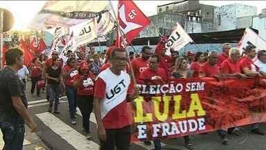 Manifestantes realizaram atos em Sergipe contra a prisão de Lula - Caminhada na capital e fechamento de estradas marcou dia de protestos.