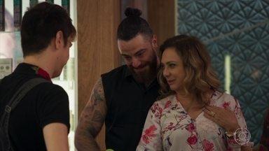 Nádia conta que Marquinhos ficará sob seus cuidados - A dona do salão explica tudo para os seus funcionários