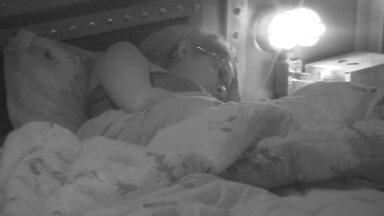 Ana Clara é a única acordada na casa - Enquanto todos os brothers dormem na casa do BBB18, Ana Clara é a única acordada. A sister lê um livro ao lado de Gleici, na cama de casal do Quarto Submarino