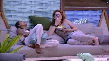 Gleici e Ana Clara cantam música do Rouge - Sisters conversam na área externa da casa