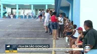 Pessoas madrugam na fila para conseguir medicamentos em São Gonçalo - Os moradores dizem que não tem conseguido medicamentos e até materiais simples, como esparadrapos.