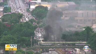 Manifestantes colocam fogo e bloqueiam Avenida Cardeal Eugênio Pacelli, em Contagem - Eles protestam contra a prisão do ex-presidente Lula.
