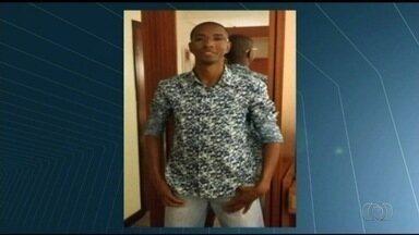 Família cobra agilidade nas investigações sobre morte de jovem após abordagem da PM, em GO - Segundo a polícia, ele sofreu um infarto dentro da viatura da corporação.