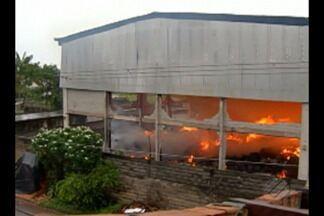 Um incêndio destruiu o galpão de uma loja na rodovia BR-316, em Ananindeua - O fogo e a fumaça se alastraram rapidamente e assustaram moradores das casas vizinhas.