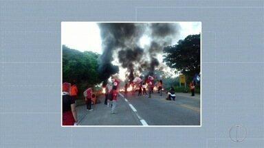 Protesto bloqueia BR-356 por duas horas em Campos, no RJ - Ato foi contra a prisão do ex-presidente Lula e falta de investimento na saúde, na educação e o 'desmonte' da Petrobras, segundo os manifestantes.