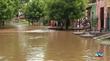 Avenida fica alagada com a cheia do Rio Itapecuru em Caxias - Repórter David Peres possui mais informações direto do local.