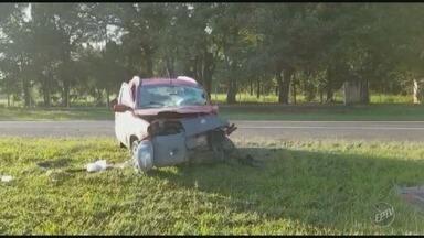 Acidente entre carro e carreta deixa motorista em estado grave na SP-101 em Capivari - Condutor do carro ficou preso nas ferragens e pista ficou interditada para resgate.