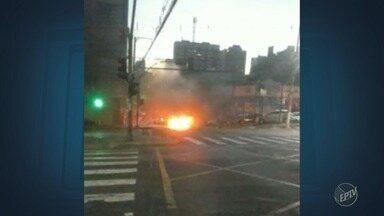 Carro pega fogo no meio de avenida no Centro de Campinas - Pessoas que passaram pelo trecho ficaram assustadas e o trânsito chegou a ser interditado, mas já foi liberado. Confira o vídeo.