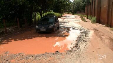 Moradores reclamam da falta de infraestrutura em Paço do Lumiar - A estrada da Pindoba está intrafegável e os buracos são tantos que quando chove, viram lagoas impedindo a passagem de veículos.