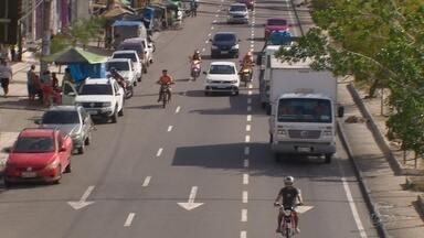 Irregularidades no trânsito representam risco para quem está em motos - Pior que as infrações, que poderem gerar multas, é o risco que representam pra quem tá na mota e pros outros que fazem parte do trânsito, como motoristas e pedestres.
