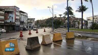 Acesso para a Vasco da Gama é fechado após vazamento de tubulação no Dique - Motoristas devem redobrar a atenção na região.