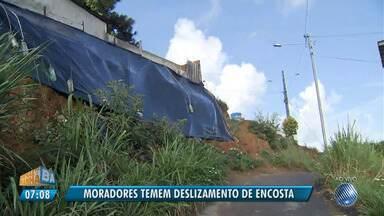 Alerta: moradores temem por deslizamento de encosta no bairro de Tancredo Neves - Uma lona foi colocada em parte da encosta, mas o risco é iminente.
