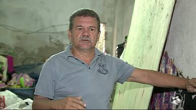 Moradores aguardam ação da Compesa após ter casas invadidas por água após cano estourar - Caso aconteceu em Toritama neste mês de abril.