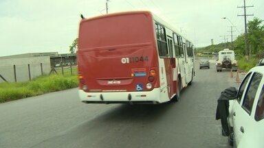 Passageiros são roubados pelos mesmos bandidos em ônibus diferentes, em Manaus - Dois ônibus da linha 418 foram abordados pelos assaltantes, que seguem foragidos. Moradores dizem que roubos se tornaram rotina.