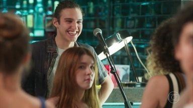 Jade se recusa a cantar com Tito e Brigitte se oferece para fazer o dueto - Os alunos chegam ao Le Kebek após a cerimônia de iniciação de Valentina