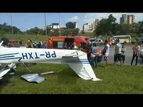 Avião monomotor cai às margens da BR-458, e piloto fica ferido - Segundo os bombeiros, o piloto perdeu o controle da aeronave após uma falha no motor; ele foi socorrido pelo Samu sem ferimentos graves e levado para o hospital de Ipatinga.