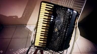 Dois músicos disputam sanfona; juiz dá sentença em forma de poema - Nivaldo do Acordeom botou à venda uma sanfona que o músico Renato Cigano diz que é dele e que foi roubada de seu carro.