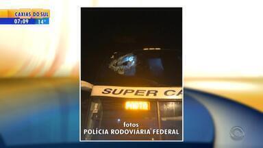 Suspeito é morto e motorista fica ferido durante assalto a ônibus na BR-290 - Conforme a Polícia Rodoviária Federal, policial militar estava entre os passageiros e reagiu ao assalto matando suspeito. Motorista foi baleado na troca de tiros.