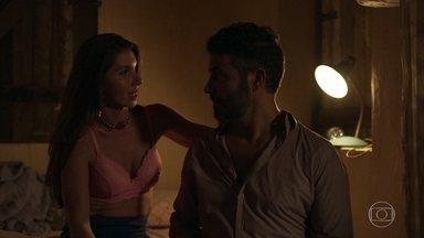 Juvenal se apaixona perdidamente por Desirée - Ela agradece as dicas de Caetana