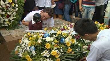 Corpo do ventríloquo Oscarino é velado ao lado do boneco Peteleco, em Manaus - Familiares, amigos e fãs foram prestar as últimas homenagens ao artista criador do personagem considerado Patrimônio Cultural Imaterial do Amazonas.