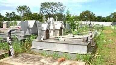 Covas estão alagadas em cemitério de Formoso do Araguaia - Covas estão alagadas em cemitério de Formoso do Araguaia