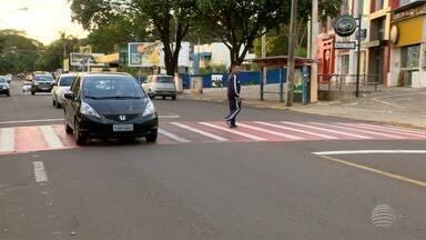 Moradores do Jardim Cinquentenário pedem instalação de faixa elevada em rua - Casos de atropelamentos aconteceram no local e um idoso morreu.