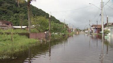 Temporal do fim de semana castigou ruas de Mongaguá - Vários pontos da cidade ficaram em estado crítico, e casas acabaram invadidas pela água.