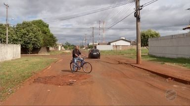 Buracos continuam prejudicando trânsito de Dourados - Eles estão aumentando de tamanho e quantidade com a demora do conserto da rua.