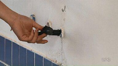 Contra vandalismo, diretora de escola de Ponta Grossa leva até torneiras para casa - Município estima gastar R$ 500 mil por ano para recuperar bens públicos depredados